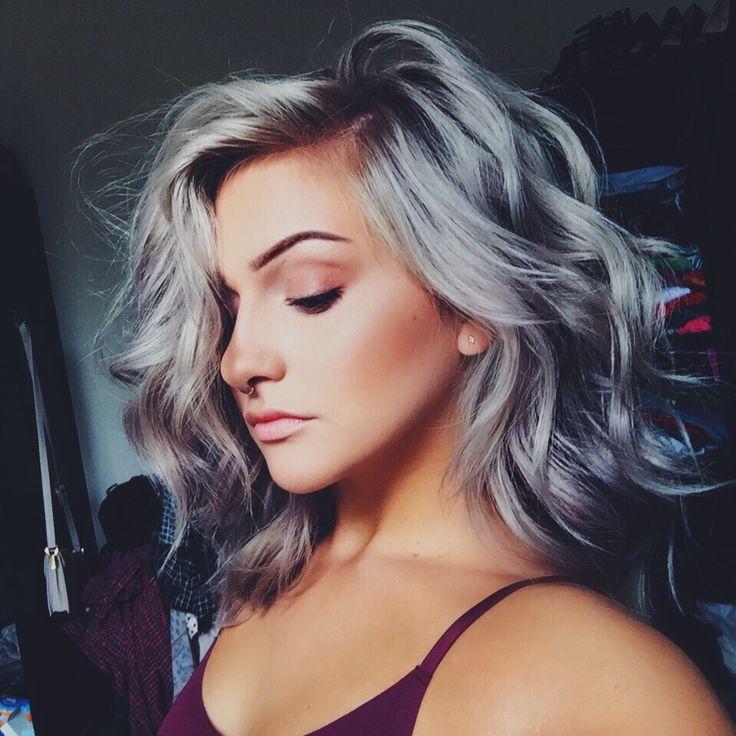 Un chica joven luciendo cabello gris