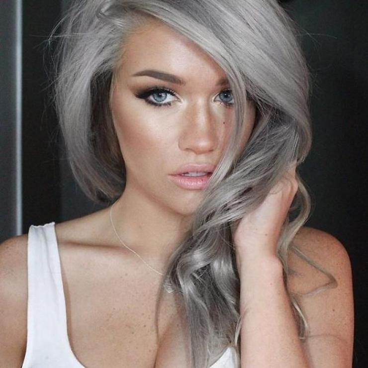 Una chica de ojos claros con el cabello teñido de gris