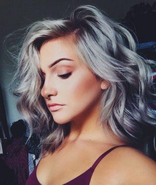 Razones por las que debes usar el cabello gris