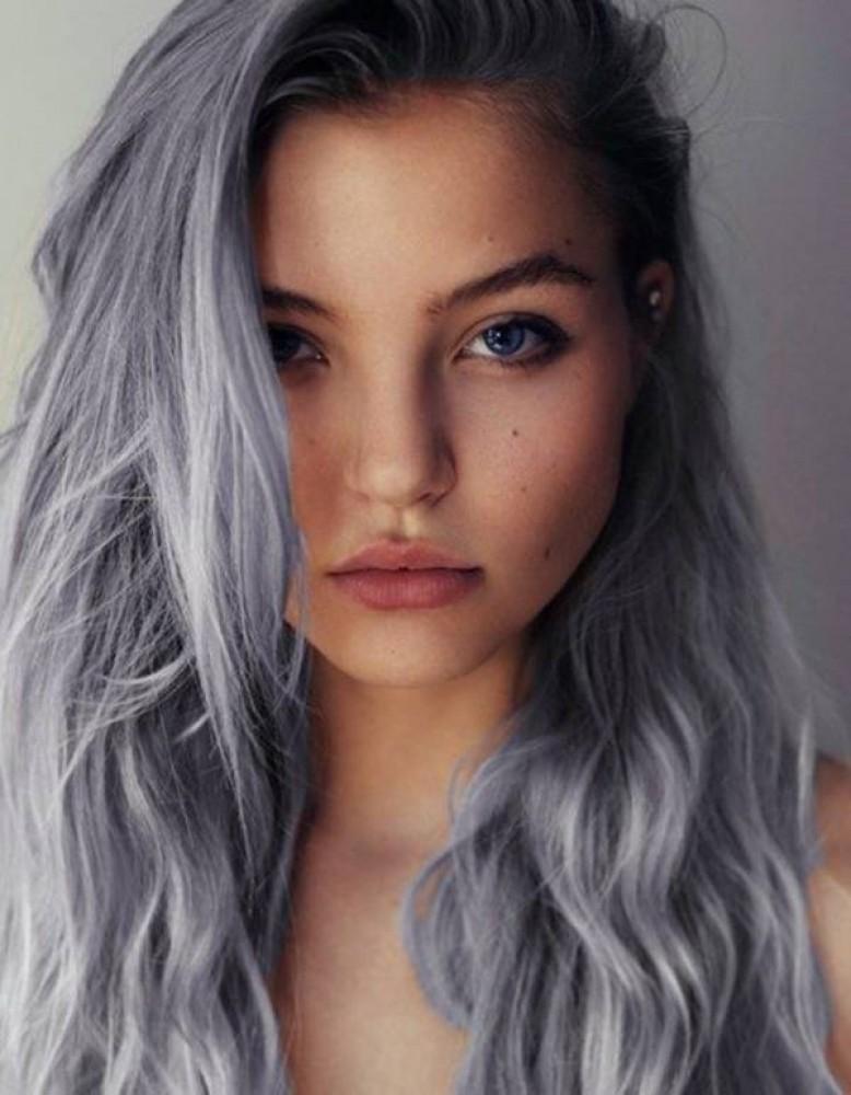 Cabellera gris en una chica joven