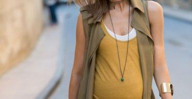 Chica futura madre que se ve muy elegante y a la moda