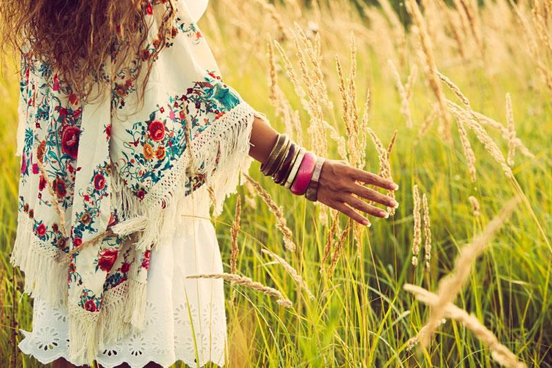 Una chica con un atuendo floreado precioso