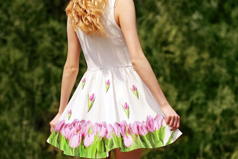 Joven mujer con un vestido floreado