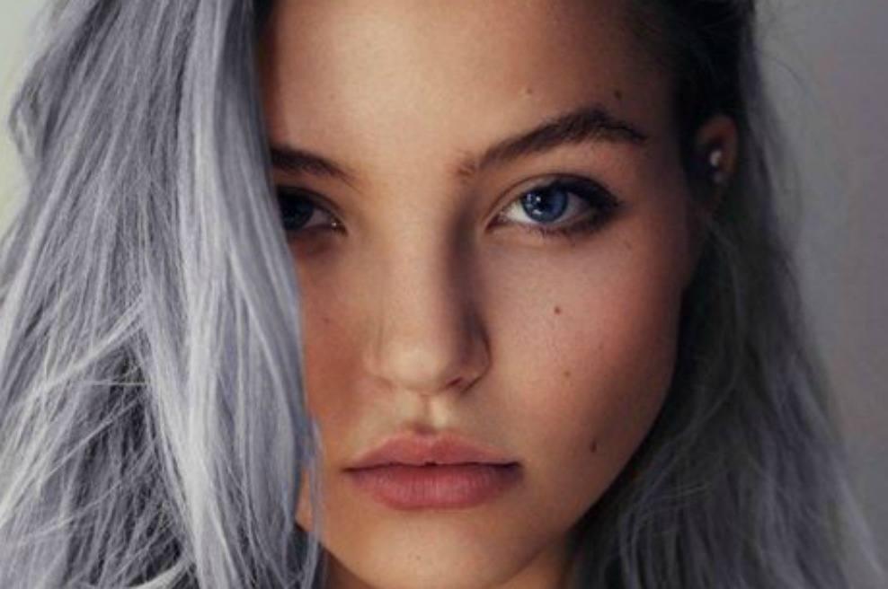 Chica joven con el cabello decolorado