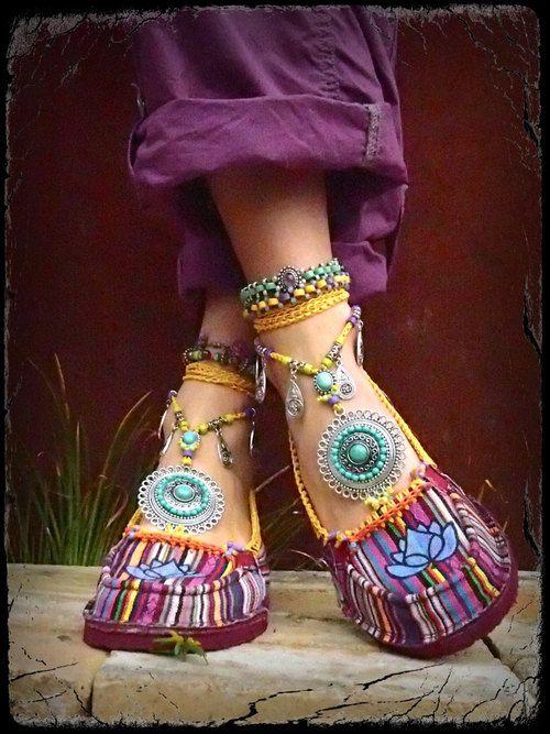 Alpargatas estilo india con adornos de piedras y estambres