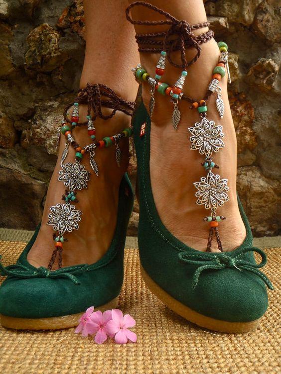 Alpargatas verdes con estambres y piedras