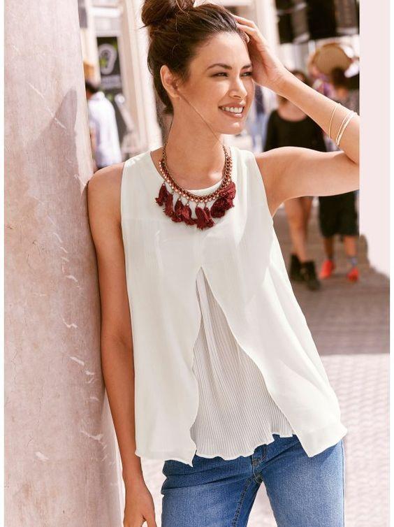 Mujer con una camiseta blanca de tirantes anchos