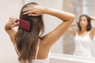 Una chica cepillándose el cabello