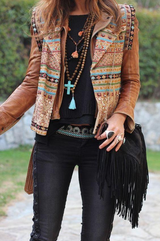 Una chica mostrando su chaqueta estilo boho chic tendencia 2017