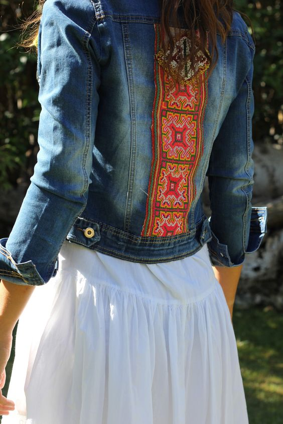 Chica luciendo una chqueta de jeans con bordados