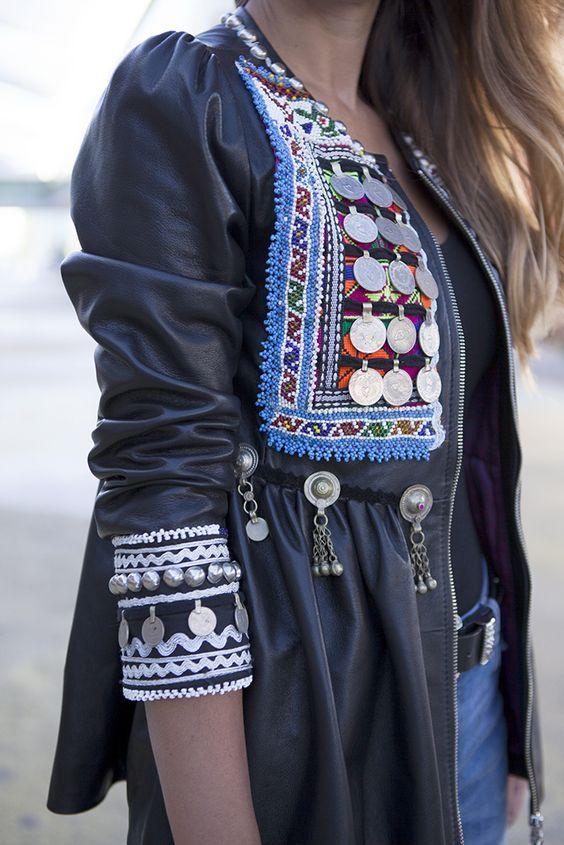 Chica que luce una chaquetas de polipiel y accesorios boho chic