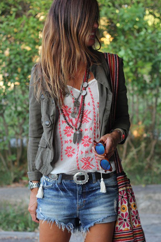 Chica rubia luciendo una chaqueta informal con bolsillos