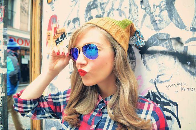 Una chica joven con una moldura de gafas acorde a su tipo de cara
