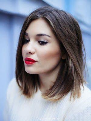Chica joven con un corte de media melena y pelo lacio