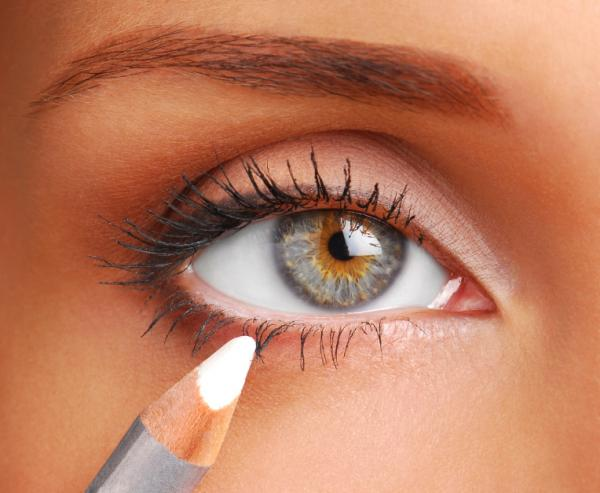 Cambiando el aspecto de los ojos hundidos con el maquillaje