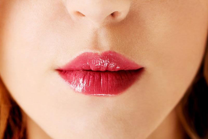 Usando un labial para hacer labios carnosos