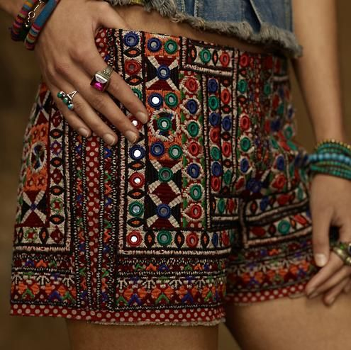 Mujer luciendo un hermoso pantalón boho chic tejido