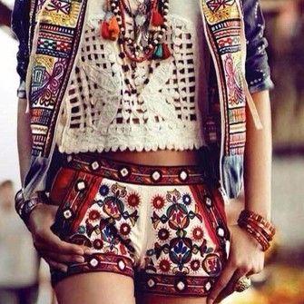 Chica va caminando con un look hippie