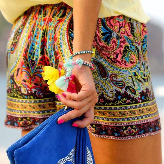 Mujer luce un pantalón corto estilo bohemio y hippie
