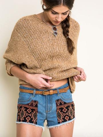 Joven mujer con un pantalón jean corto y con recortes