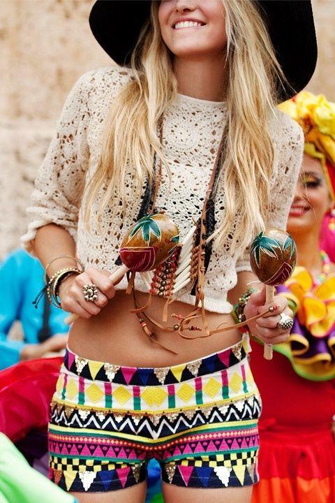 Mujer joven en la playa con pantalón corto