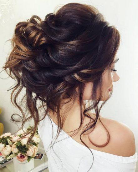 Chica joven con un chongo y estilo balayage en su peinado de novia