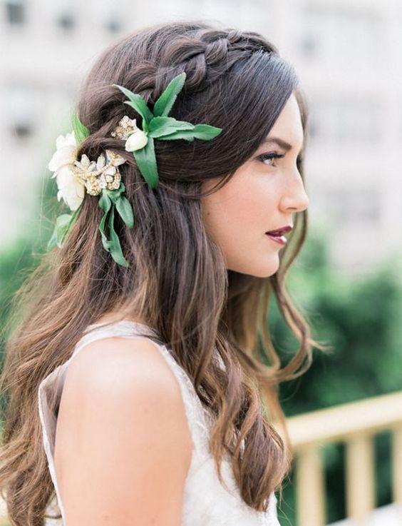 Novia con pelo suelto y unos adornos de flores
