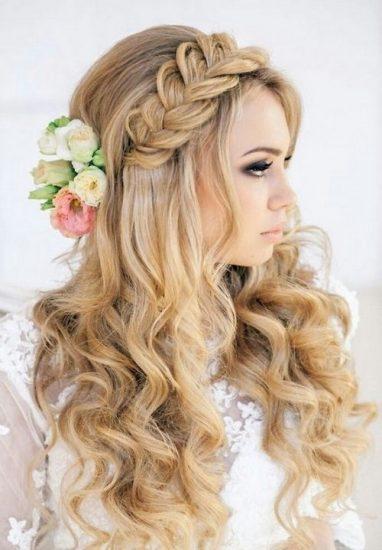Chica rubia con un peinado de novia con trenzas