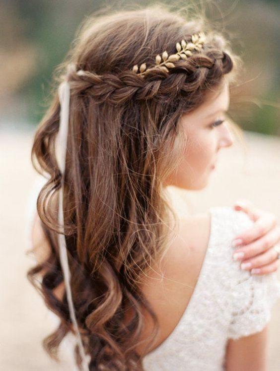 Chica con cabello castaño clado y un peinado de novia estilo boho chic