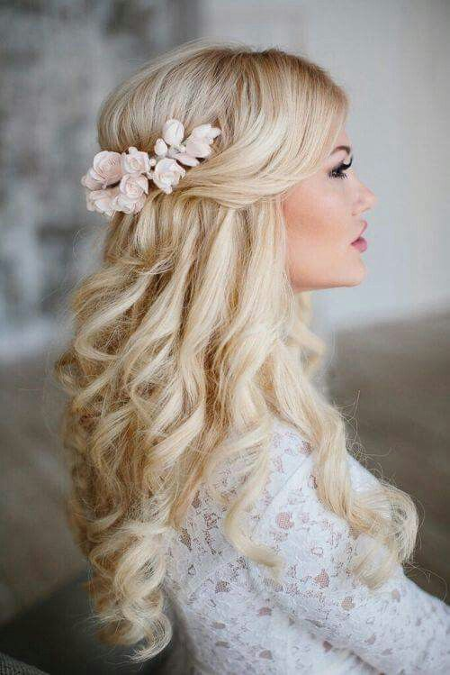 Novia rubia que lleva pelo suelto y una corona de flores