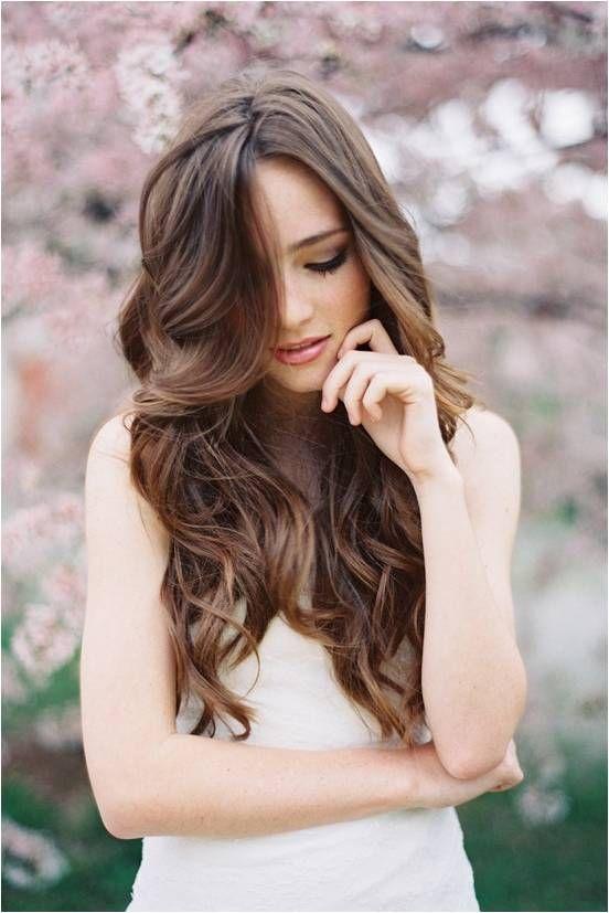 Chica joven con peinado suelto para su boda