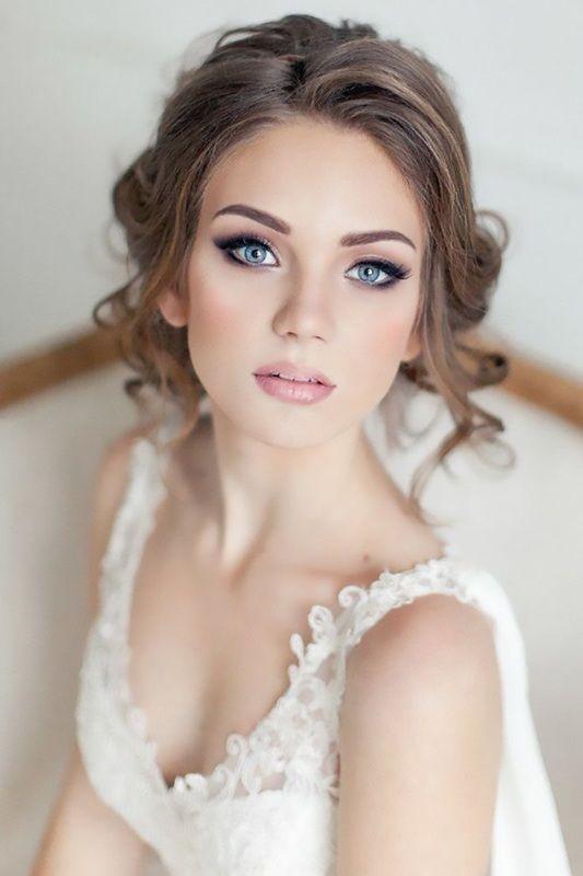 Una joven mujer con un peinado suelto tendencia 2017