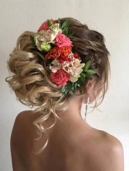 Adornos florales en este peinado de novia