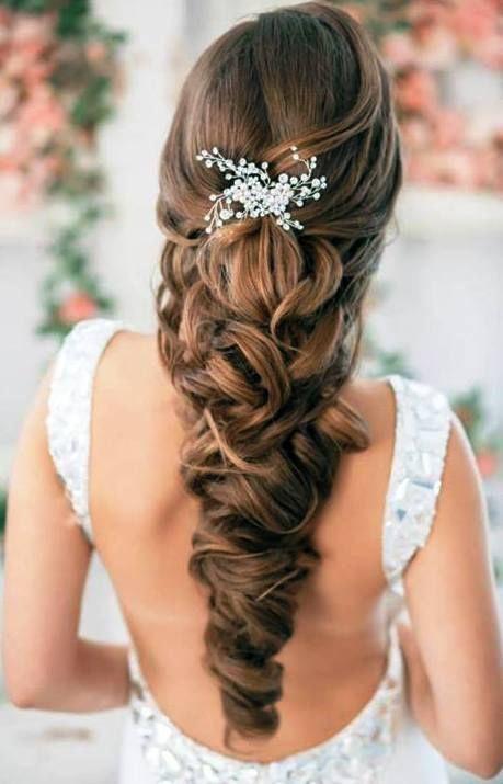 Novia que luce un peinado ideal con cabello largo
