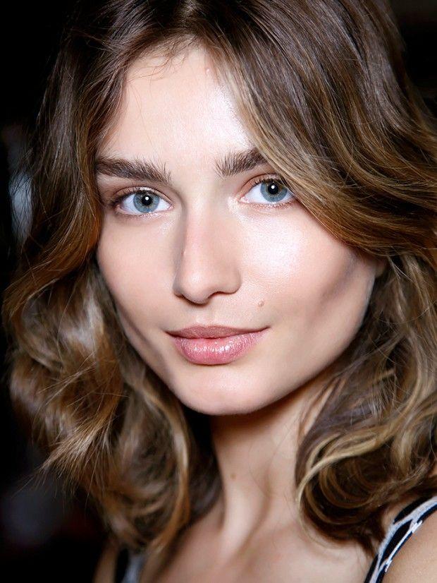Chica usando la técnica strobing de maquillaje para iluminar su rostro