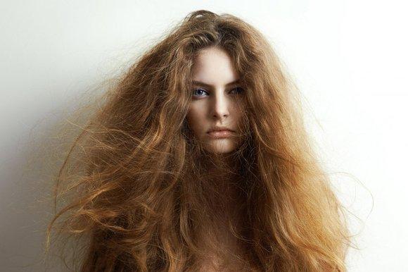 Chica con cabello reseco y pelo despeinado