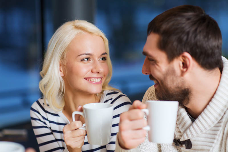 Pareja dialogando en su salida romántica