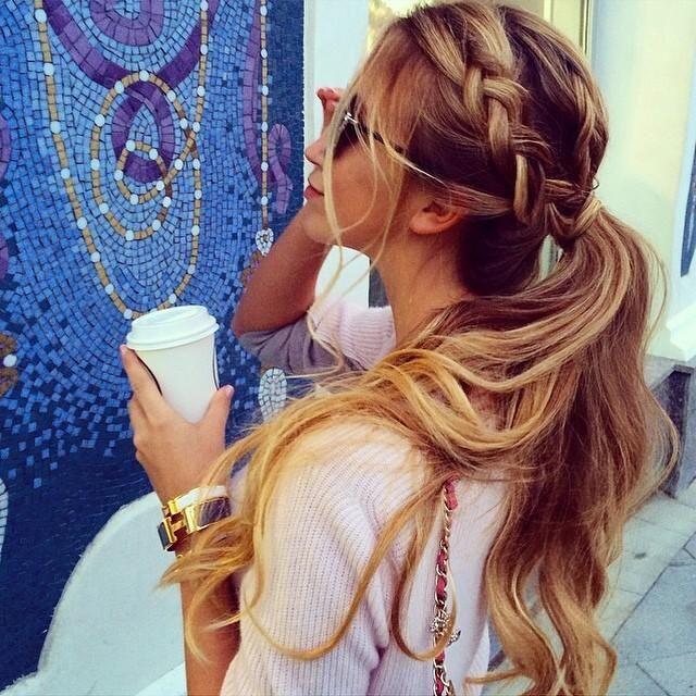 Preciosas trenzas cocidas y cabello suelto