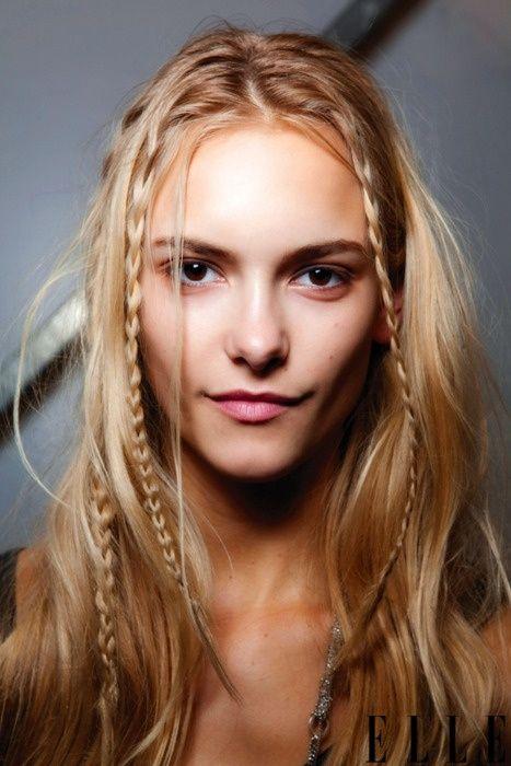 Una chica joven con cabello claro luciendo trenzas bohemias