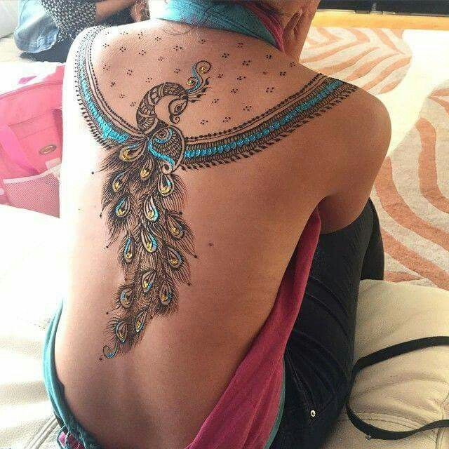 Mujer con un pavo real tatuado en su espalda