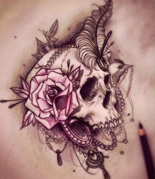 Mujer con un increíble tatuaje de una calavera en su espalda
