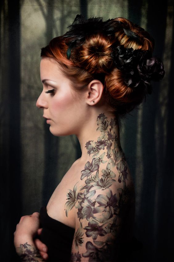 Joven mujer con un tatuaje de flores en el brazo