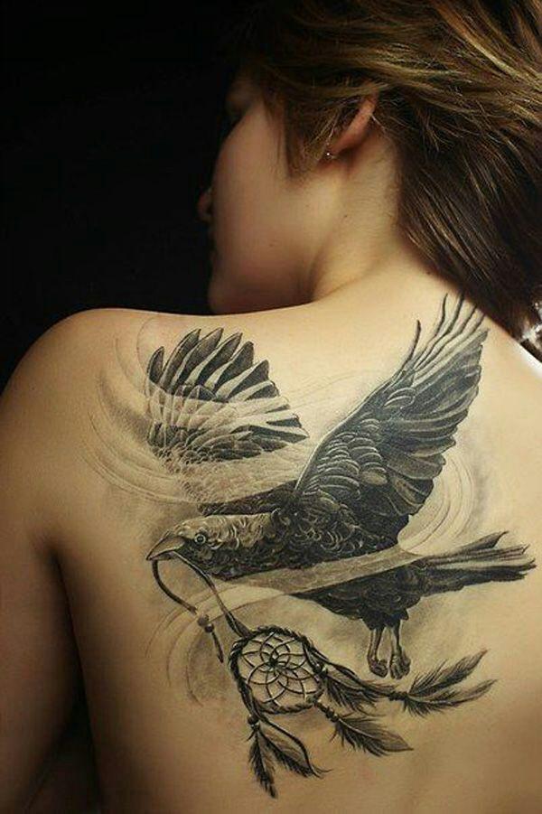 Mujer con un águila tatuada en su espalda