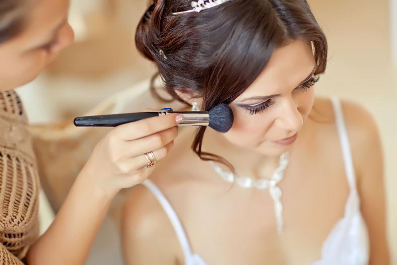 maquillando a una novia que se está por casar