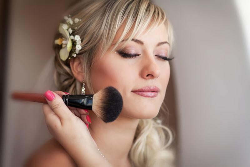 chica joven que se va a casar y usa un maquillaje lleno de luz