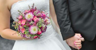 la novia ca caminando con su ramo de novia en su ceremonia de boda