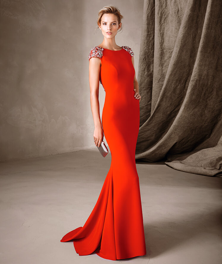 Vestido largo y rojo ajustado al cuerpo