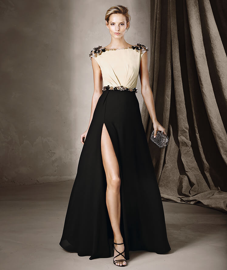 Pronovias para invitadas con vestido largo con tajo