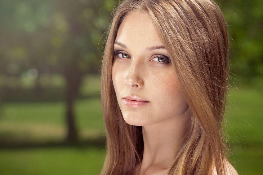 Chica joven que muestra su cabello más claro