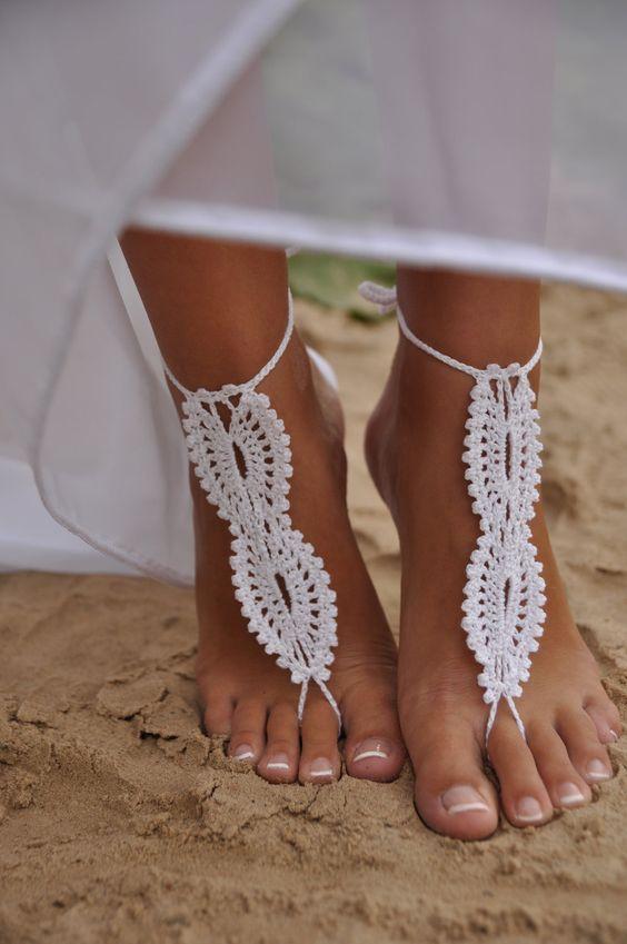 una novia con los pies decorados